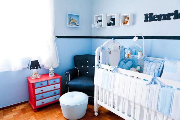 Quarto de bebê: azul e vermelho
