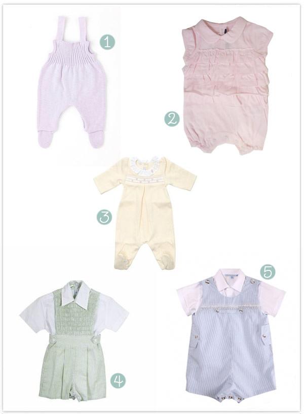 roupas de bebê em tons pastel
