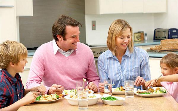 refeicao-mesa-criancas-como-fazer-seu-filho-comer