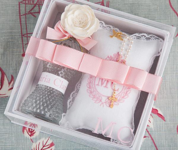 Caixa com aromatizador personalizado, almofada bordada com cheirinho, Espírito Santo e tercinho do Arroz de Festa Personaliza