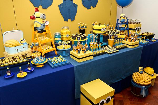 decoracao de festa infantil azul e amarelo: painel de fundo amarelo estampou um varal cheio de jardineiras jeans