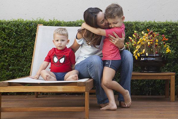 ensaio-fotografico-de-mae-e-filhos-estudio-raio21