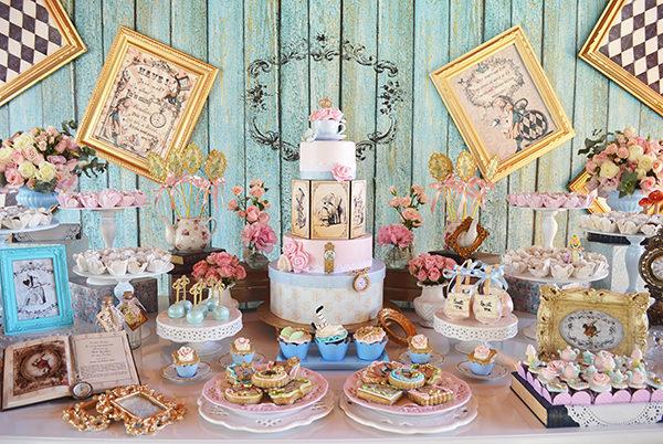 """Aniversário com tema """"Alice no País das Maravilhas"""""""