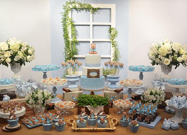Chá de bebê em azul e branco com tema ursinho