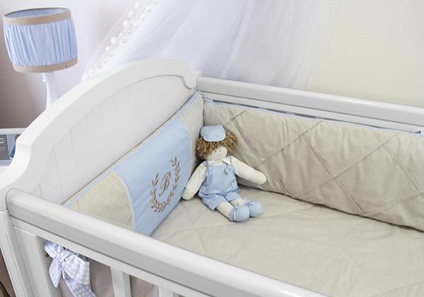 Quarto de bebê clássico em azul e bege