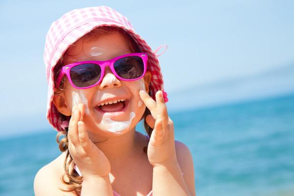 5 marcas de filtro solar são reprovadas em teste de proteção