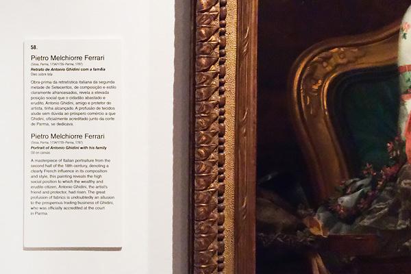 As legendas as obras de arte dos museus são, normalmente, em português e inglês