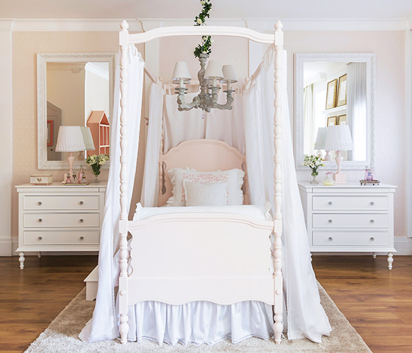 Quarto de princesa rosa bebê com cama dossel