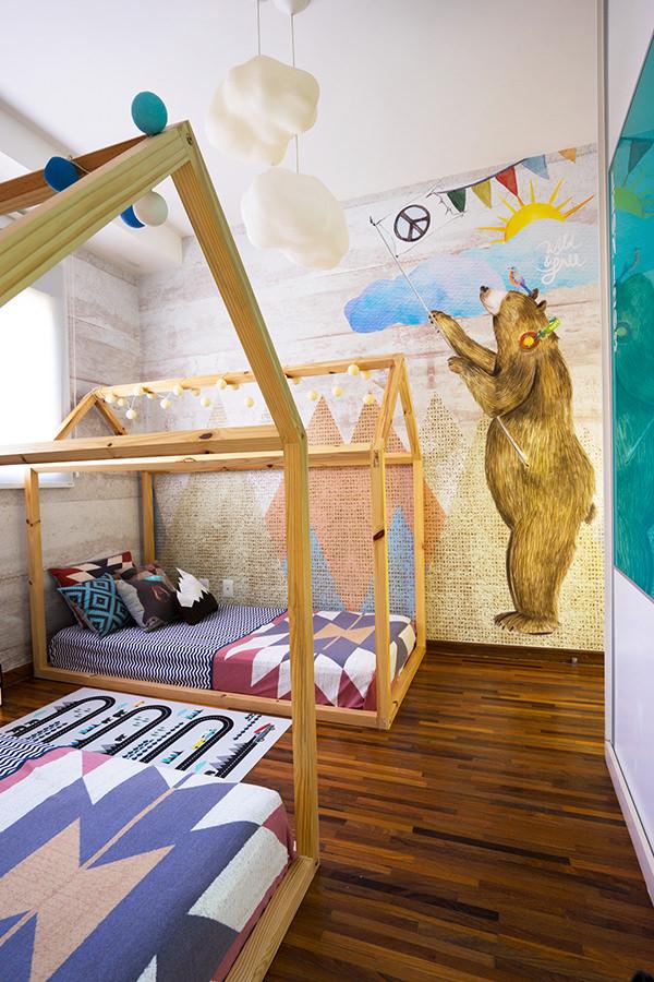 Quartinho de irmãos com cama casinha e tema floresta