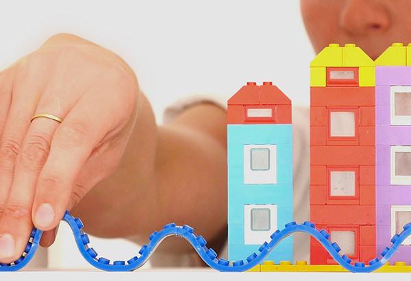 Fita adesiva de Lego vira sonho de consumo dos pequenos