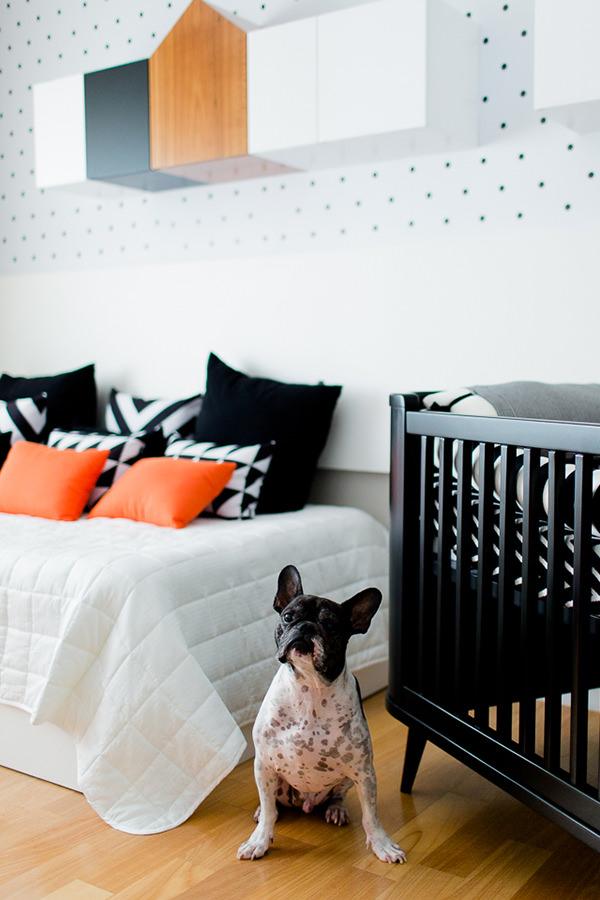 Quarto de bebê moderninho em branco, laranja e preto